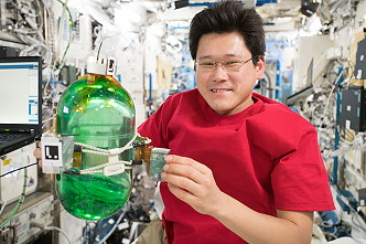 Kanai works with the SPHERES experiment