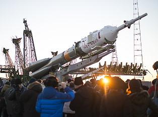Soyuz TMA-19M erection